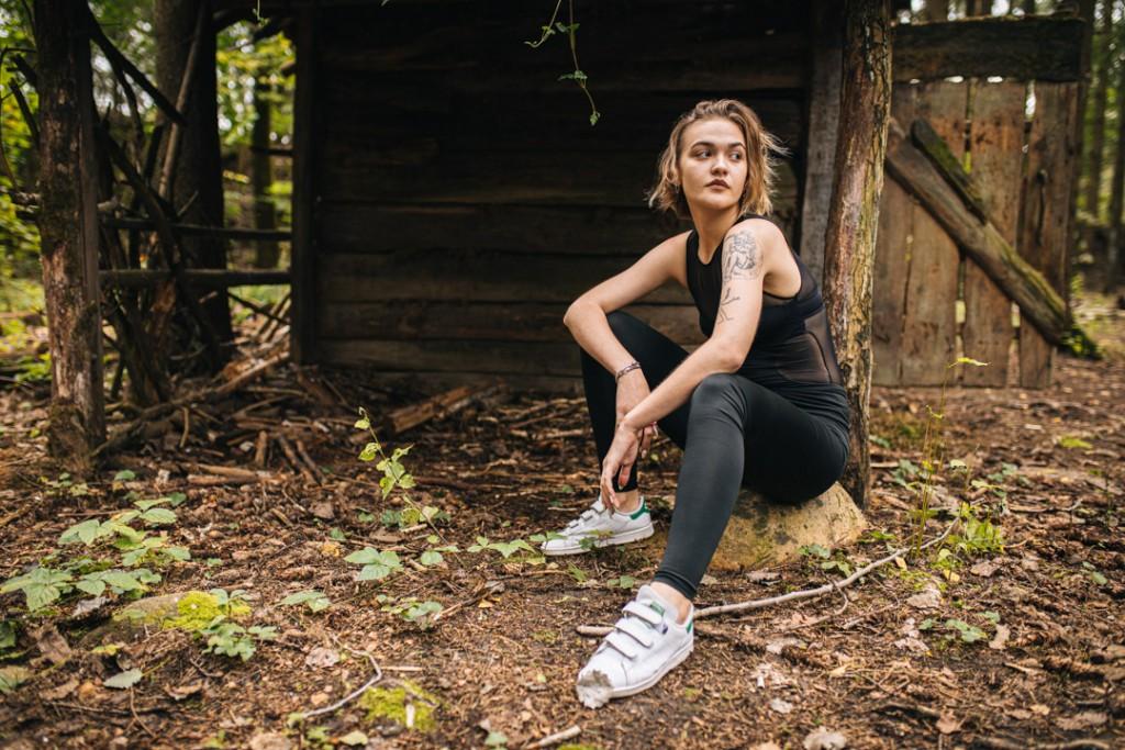 Сказочная фотосессия девушки у лесных избушек