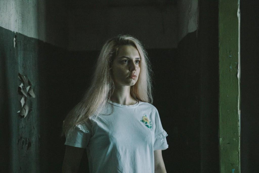 Фотосессия девушки на фоне стен завода