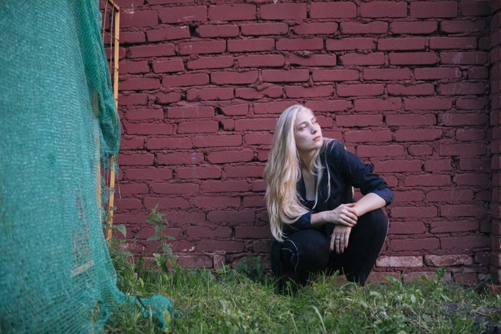 Фотосессия девушки в заброшенных местах, у кирпичной стены, на фоне старого забора