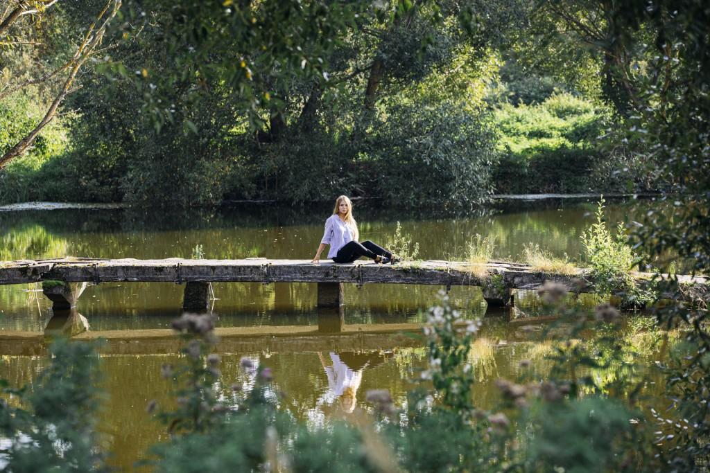 Фотосессия девушки в парке у воды