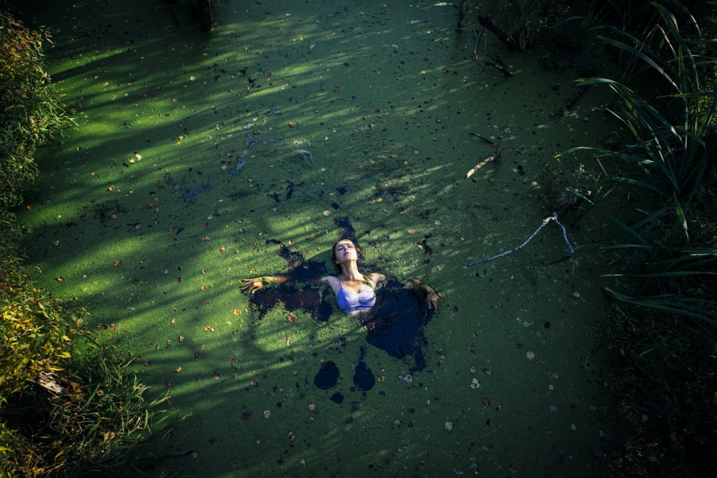 Фотосессия девушки в болоте