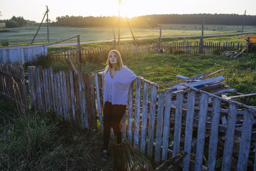 Фотосессия девушки в деревне