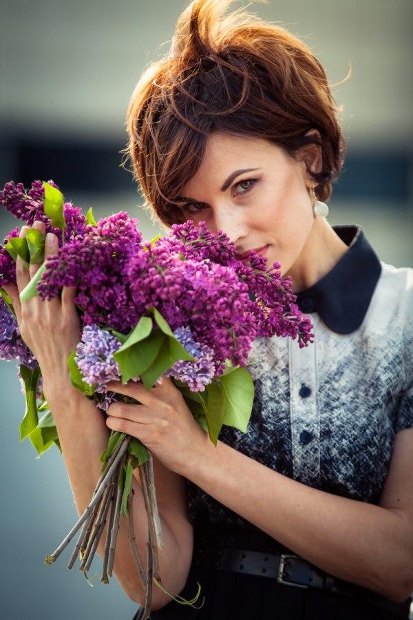 Фотосессия с цветами в руках: сирень