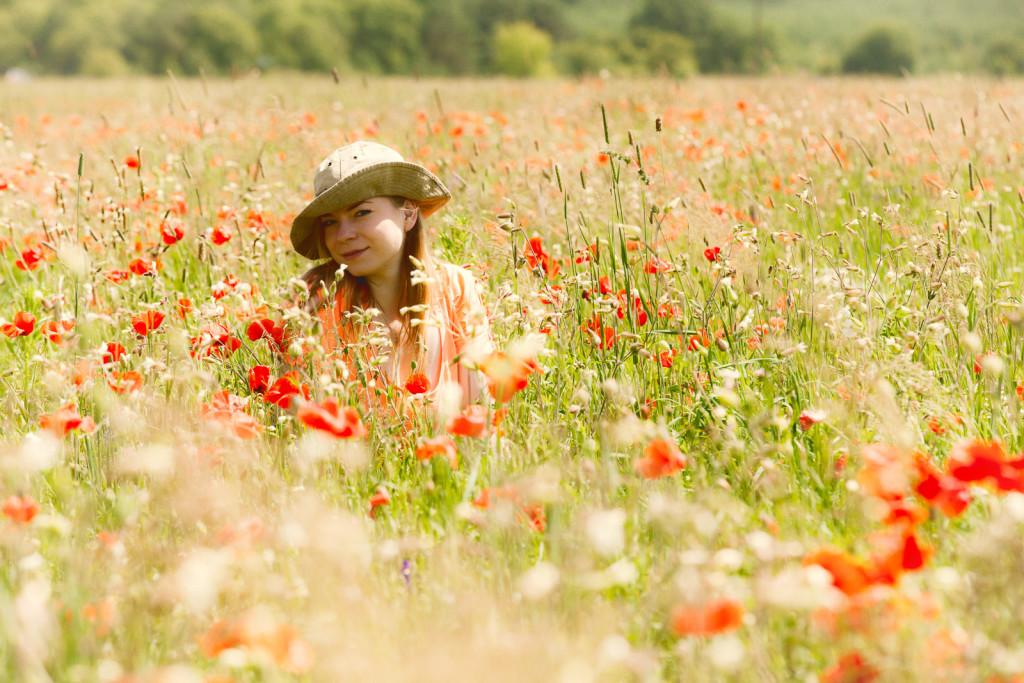 Фотосессия с цветами маками на природе