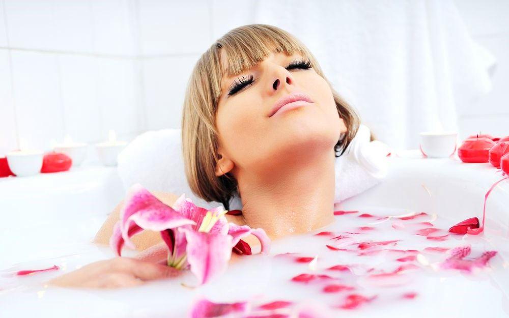 Фотосессия в ванне с цветами и лепестками роз