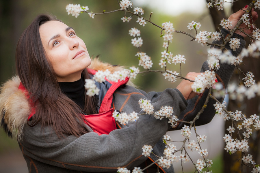 Фотосессия с цветами на природе весной
