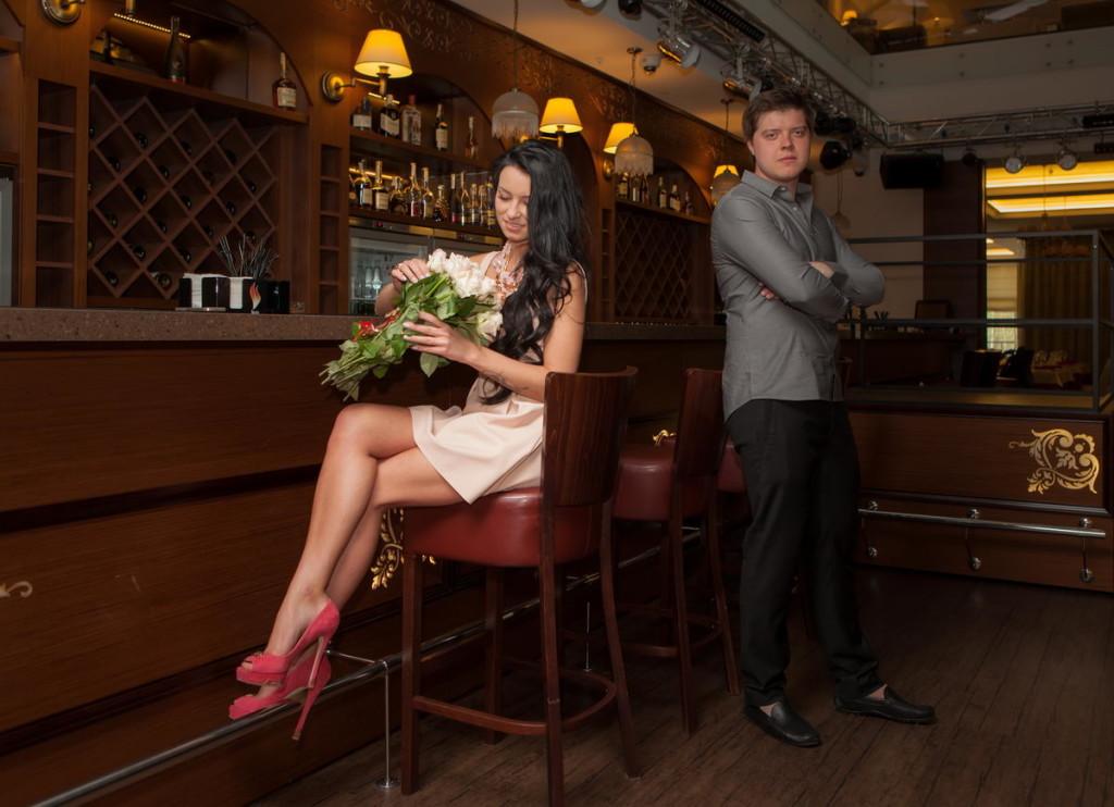 Фотосессии с букетом цветов в кафе