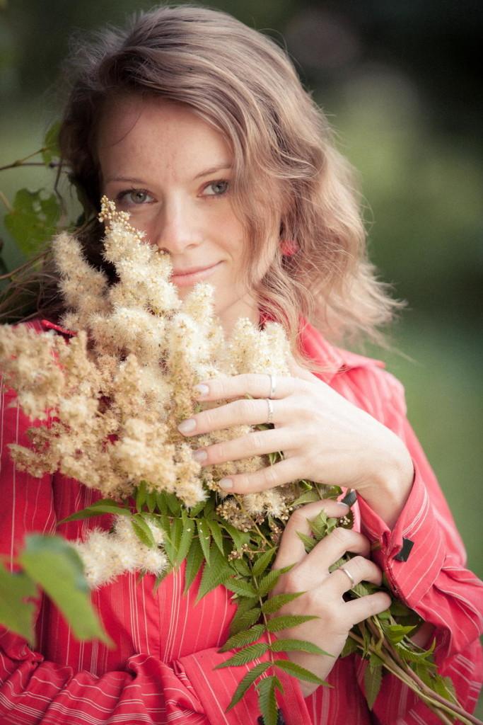 Фотосессии с букетом цветов на природе