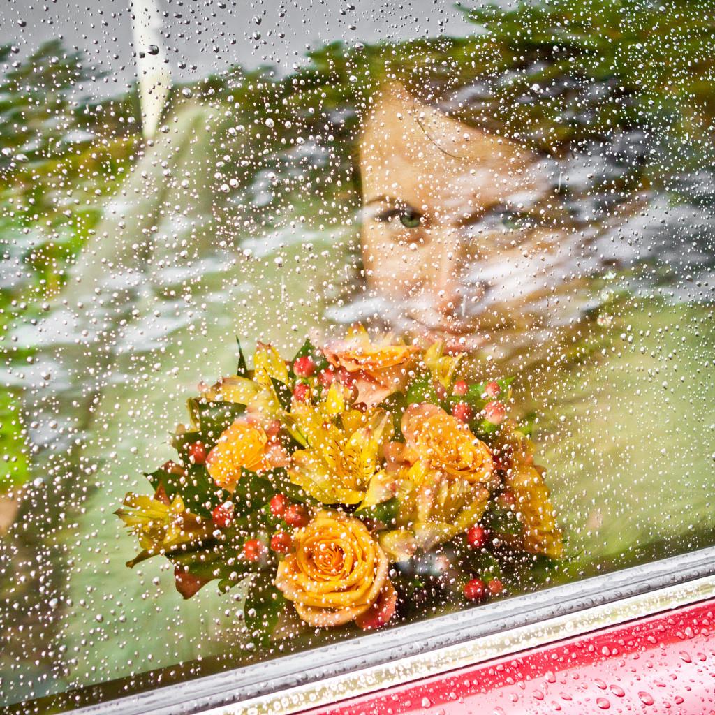 Фотосессия с букетом цветов в руках через стекло машины