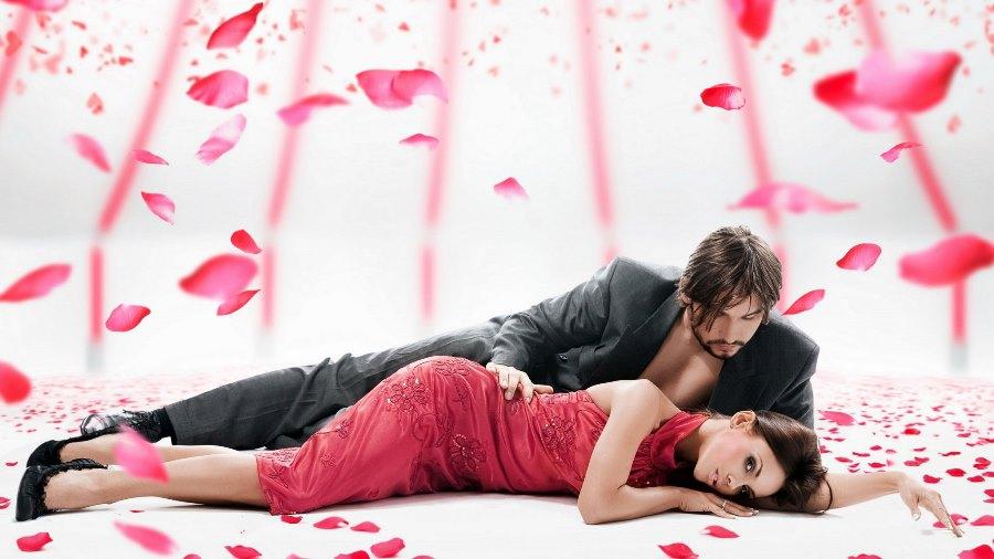 Фотосессия с лепестками роз парой