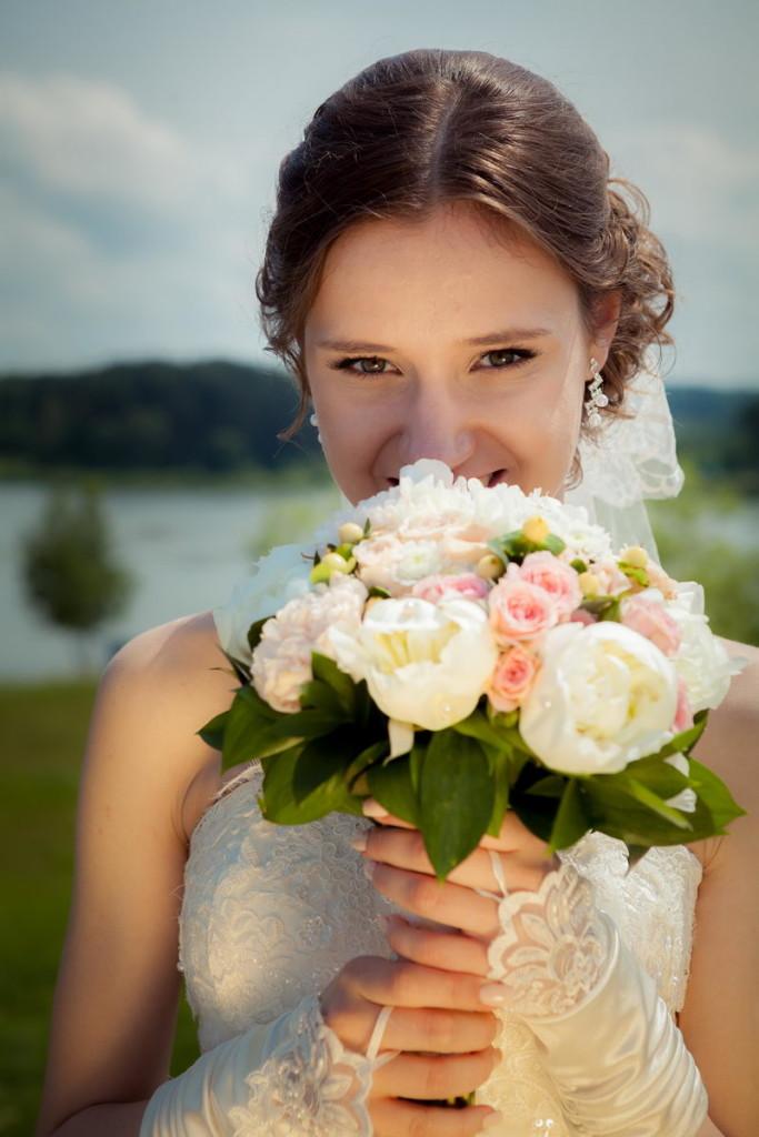 Фотосессия с цветами в руках: букет невесты