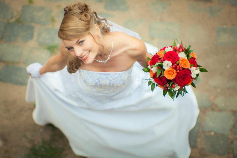 Фотосессия со свадебными цветами в руках