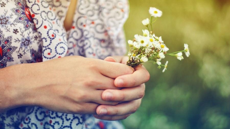 Фотосессия в поле с ромашками в руках