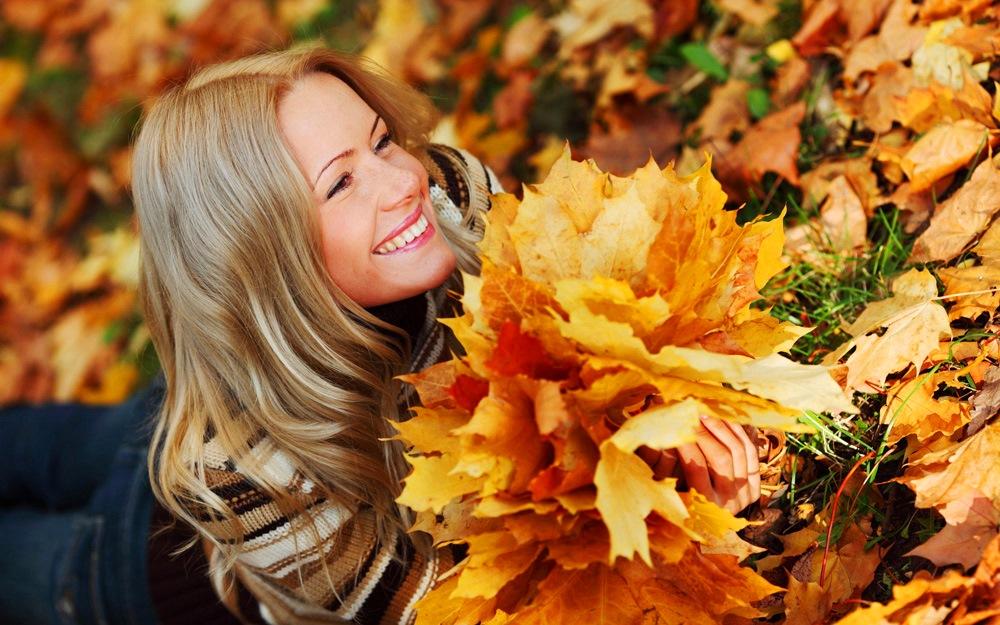 Осенняя фотосессия с букетом из листьев