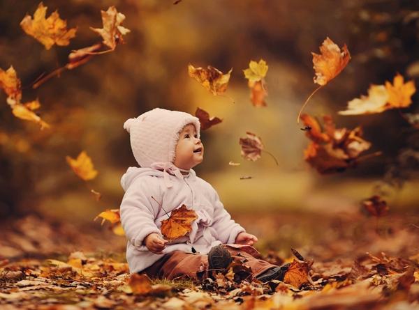 Осенняя фотосессия в разбросанных листья
