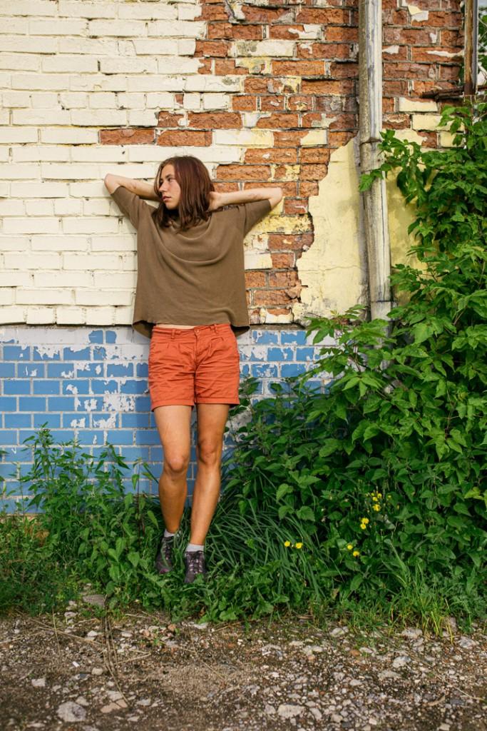Современная фотосессия девушки во дворах города