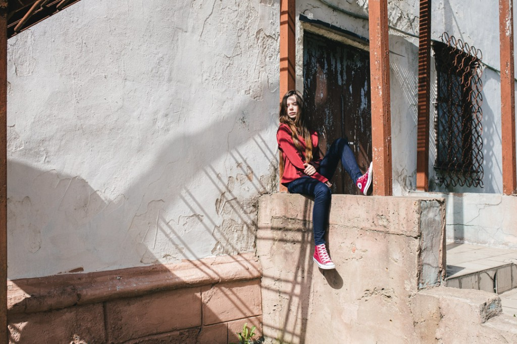 Фотосессия девушки  в гаражах и на фоне кирпичных стен
