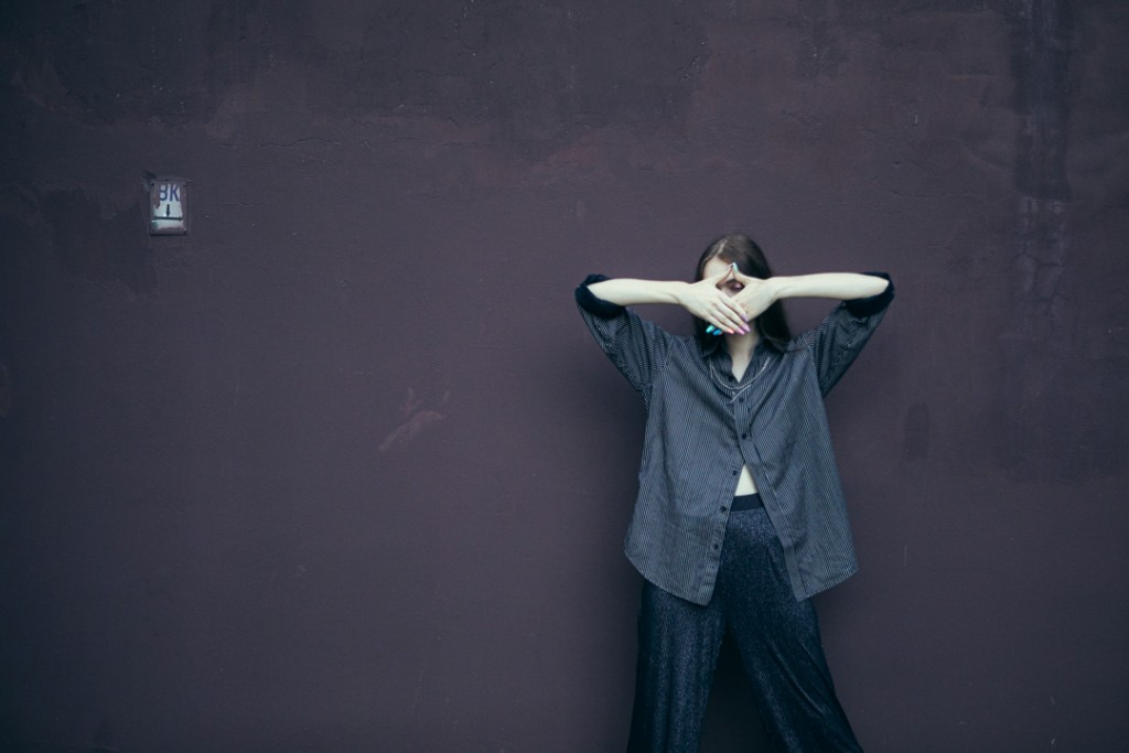 Фотосессия девушки у заброшенных зданий