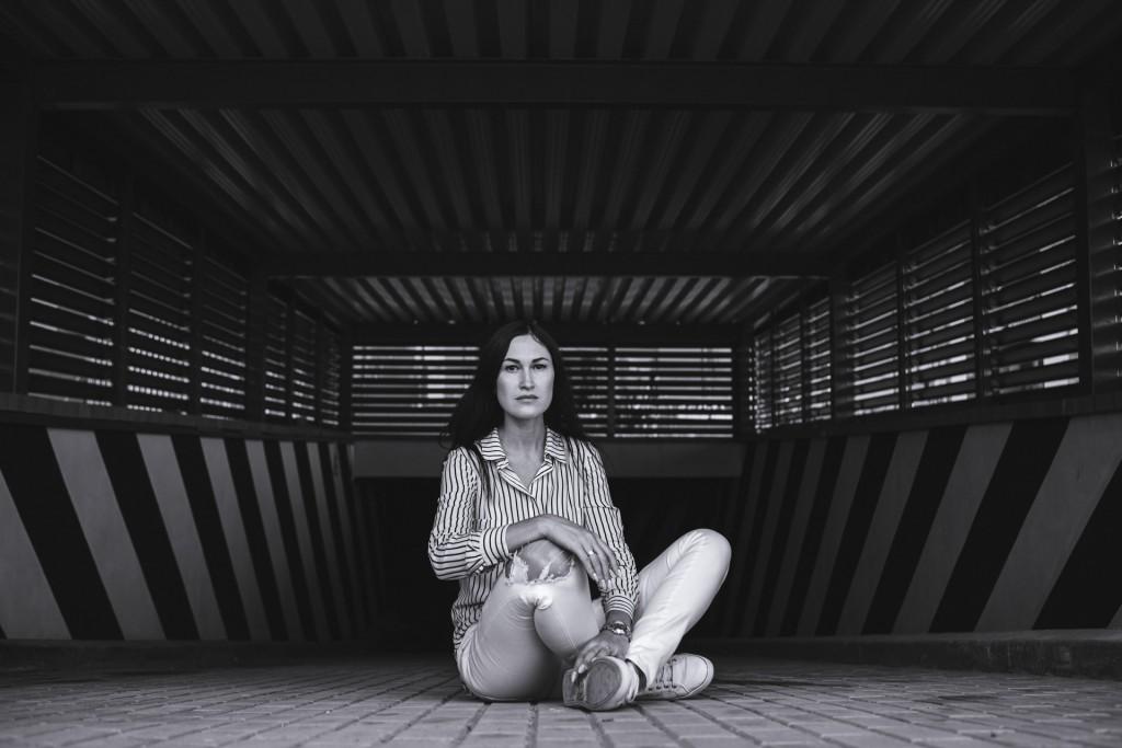 Фотосессия девушки на парковке авто и на фоне старых ворот и стен