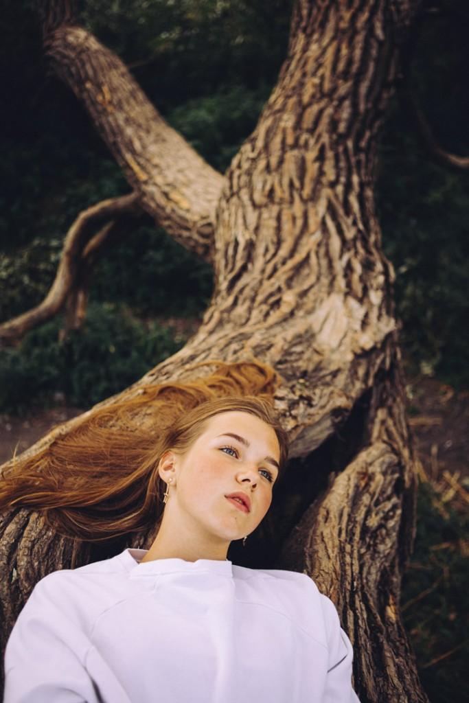 Магическая фотосессия девушки в красивом лесу